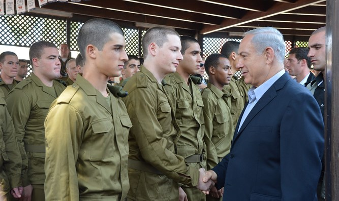 Netanyahu with new recruits (archive)